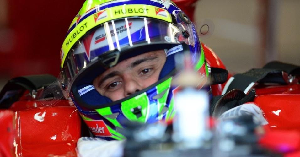 Massa se prepara para o treino oficial. Ferrari do brasileiro derrapou e acertou proteção com pneus