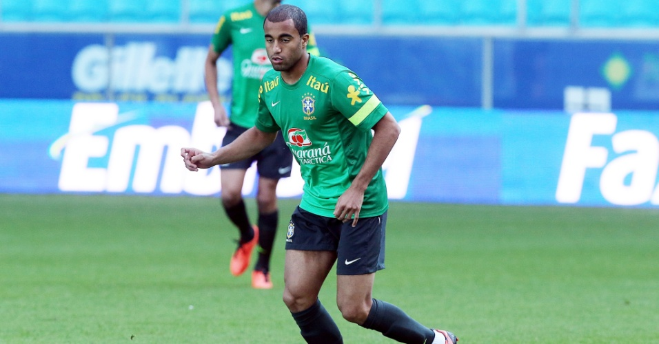 Meia-atacante Lucas em treino da seleção brasileira em Porto Alegre