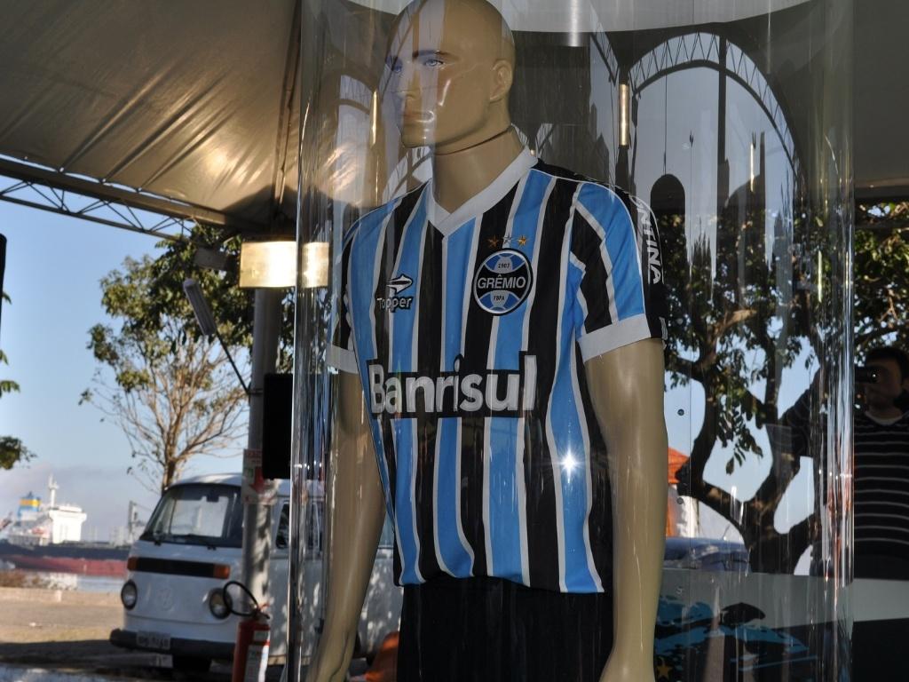 Grêmio lança uniforme inspirado em 83 e mira atingir 1 59342647f81f8