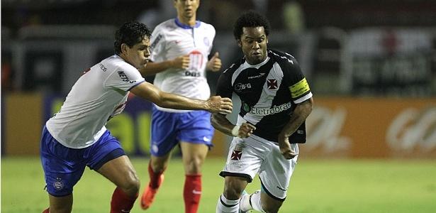 O meia do Vasco Carlos Alberto tenta escapar da marcação de Fahel, do Bahia