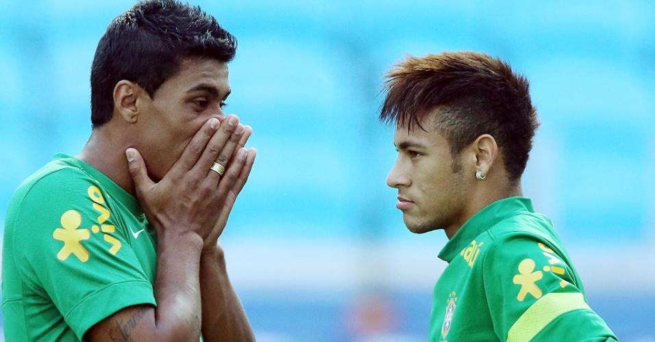 Paulinho e Neymar conversam em treino da seleção brasileira em Porto Alegre
