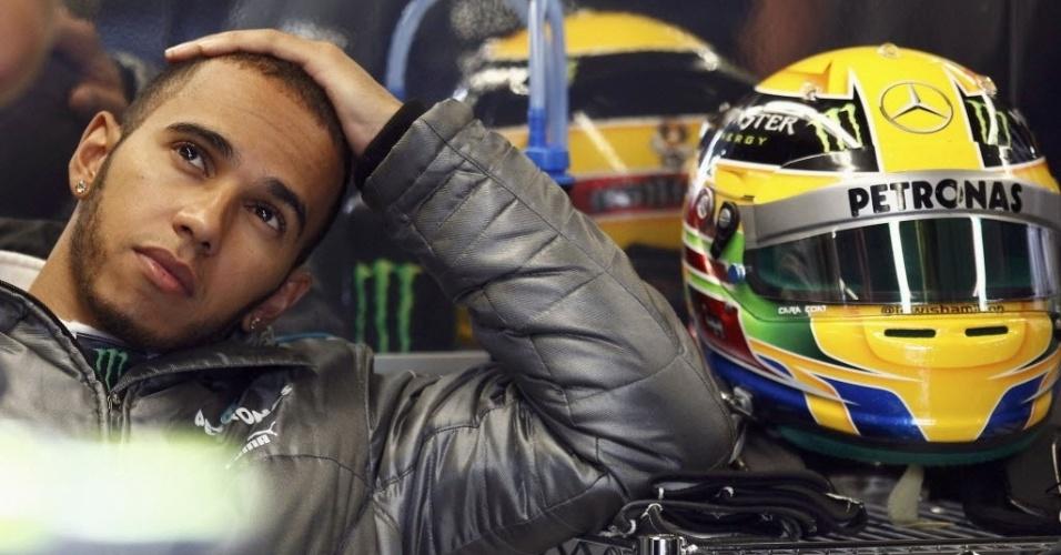 Sessão inicial no sábado teve apenas 30 min de duração devido a reparos em muro da curva 11. Lewis Hamilton aproveitou tempo para refletir antes de ir para pista