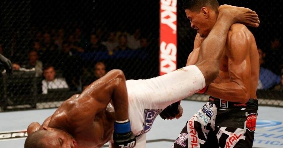 08.jun.2013 - Leandro Silva chuta a cabeça de Ildemar Alcantara durante combate válido pelo UFC TUF Brasil 2 Finale