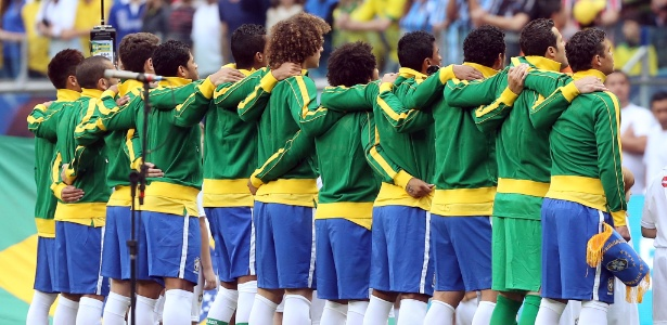 Jogadores da seleção brasileira abraçados durante hino nacional antes de amistoso contra a França