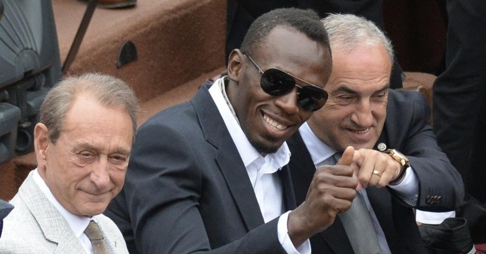 09.jun.2013 - Usain Bolt cumprimenta o público enquanto assiste à final de Roland Garros 2013