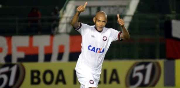 Luiz Alberto comemora seu gol na derrota do Atlético-PR diante do Vitória