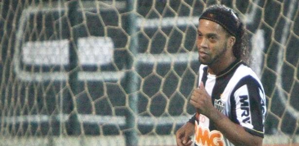 Ronaldinho Gaúcho comemora gol na vitória do Atlético-MG sobre o Grêmio, por 2 a 0, na Arena do Jacaré (9/6/2013)