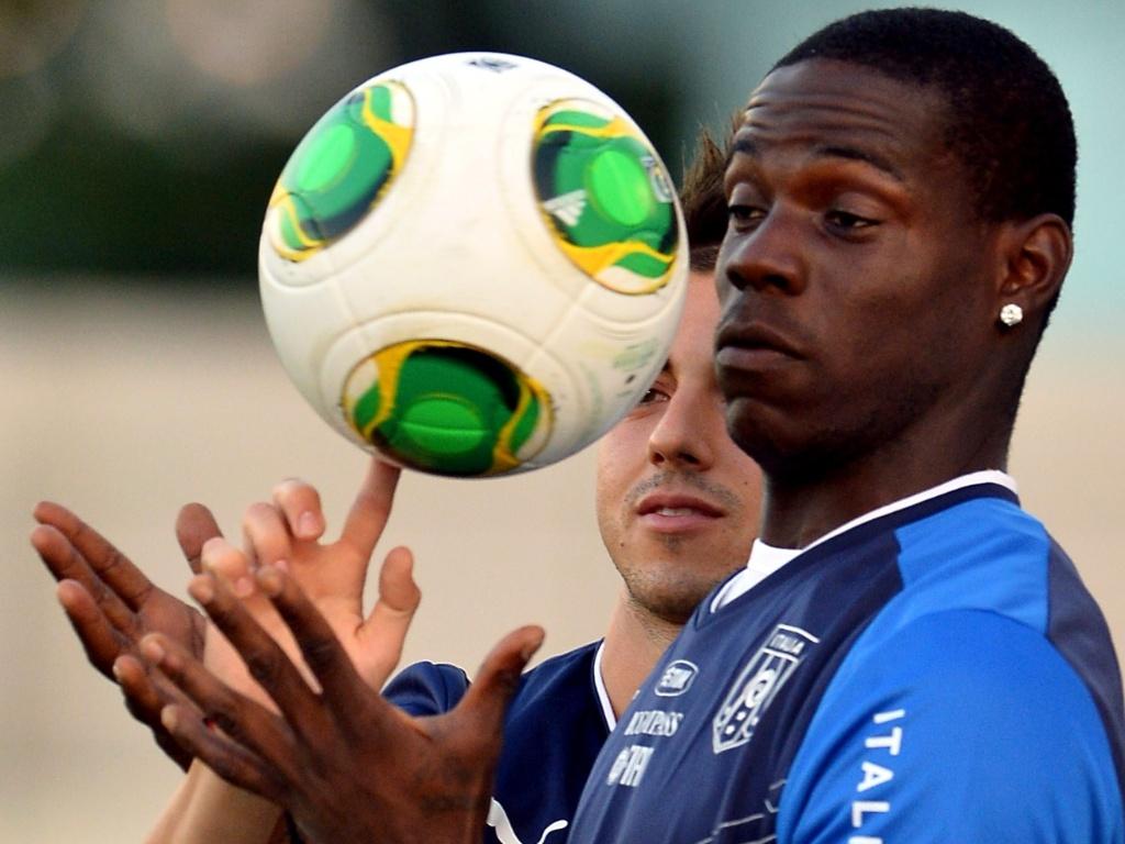 10.jun.2013 - Balotelli e El Shaarawy brincam com a bola em treino da Itália no Rio de Janeiro