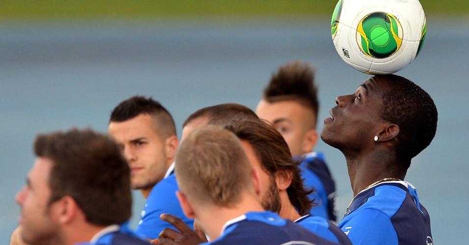 10.jun.2013 - Balotelli equilibra a bola na cabeça durante treino da seleção italiana no Rio