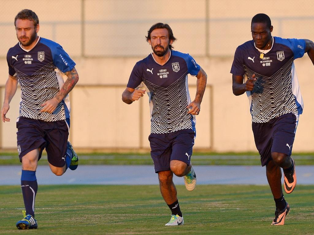 10.jun.2013 - De Rossi (e.), Pirlo e Balotelli (d.) correm no gramado do Engenhão durante treino da seleção italiana no Rio
