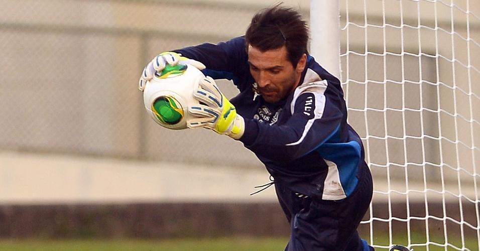 10.jun.2013 - Goleiro da seleção italiana, Gianluigi Buffon segura a bola durante treino no Engenhão