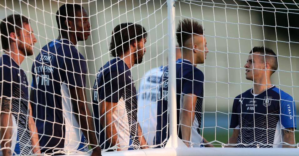 10.jun.2013 - Jogadores da seleção italiana carregam trave no gramado do Engenhão durante treino no Rio de Janeiro