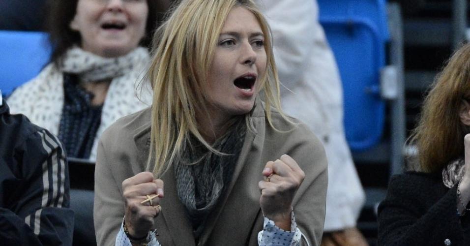 10.jun.2013 - Maria Sharapova torce por Grigor Dimitrov durante vitória do namorado sobre Dudi Sela em Queen's