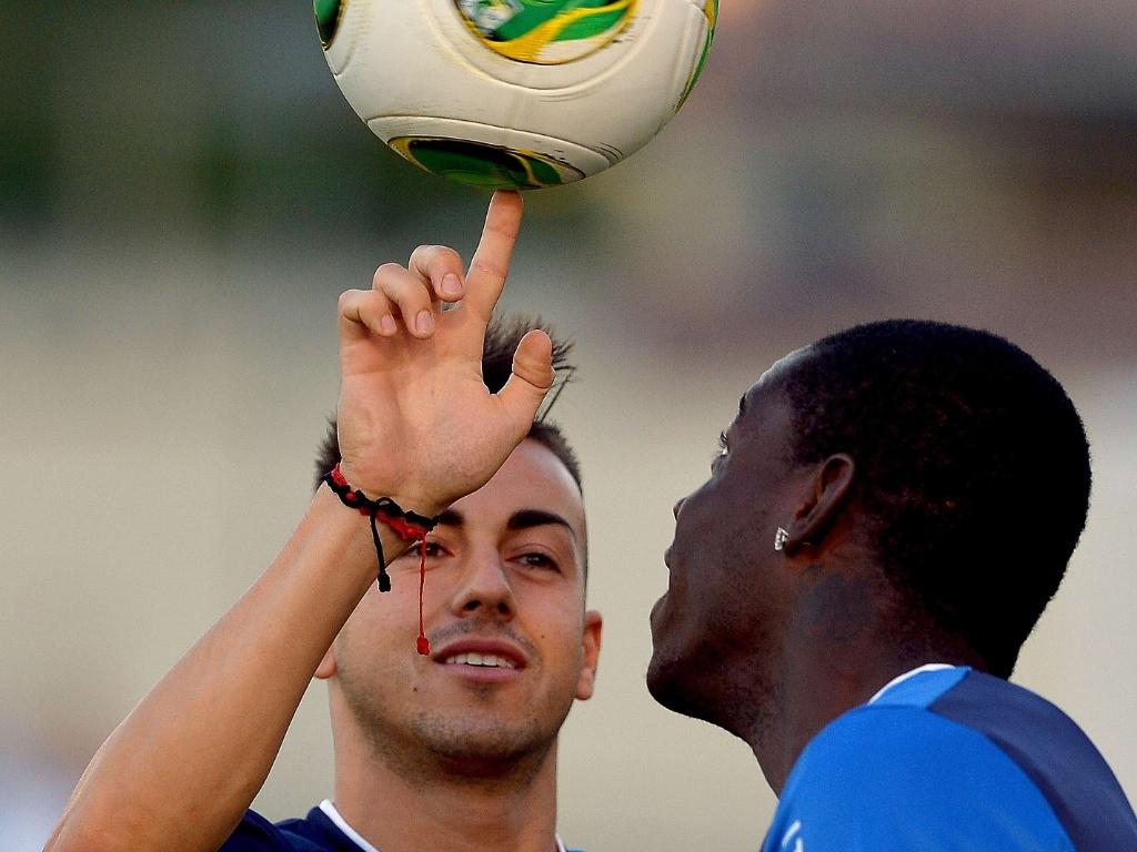 10.jun.2013 - Observado por Balotelli, El Shaarawy brinca com a bola em treino da Itália no Rio de Janeiro