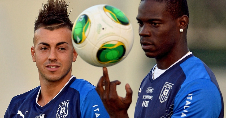 10.jun.2013 - Observado por El Shaarawy, Balotelli brinca com a bola em treino da Itália no Rio de Janeiro