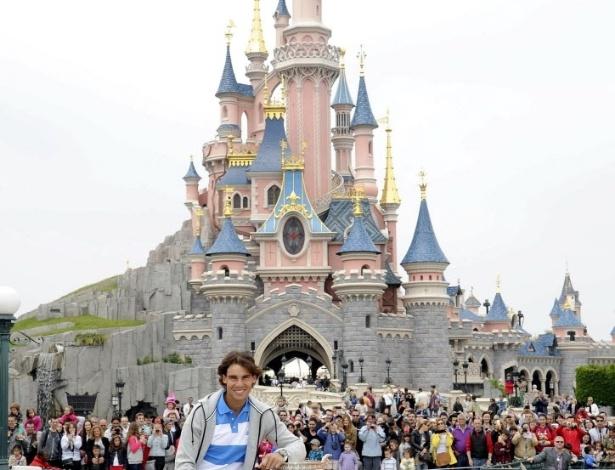 10.jun.2013 - Rafael Nadal posa com seu troféu de Roland Garros em frente à castelo na Eurodisney, em Paris