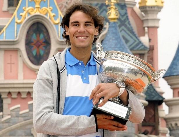 10.jun.2013 - Rafael Nadal sorri com seu troféu de Roland Garros ao visitar a Eurodisney, em Paris
