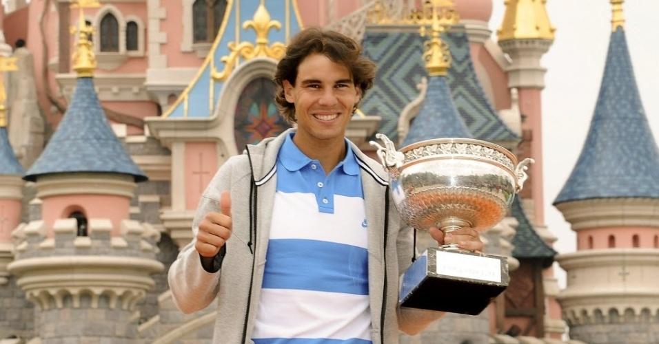 10.jun.2013 - Um dia após ganhar Roland Garros, Rafael Nadal levou seu troféu