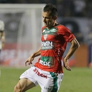 Côrrea, volante da Portuguesa, em ação na partida diante do Corinthians (08/06/2013)