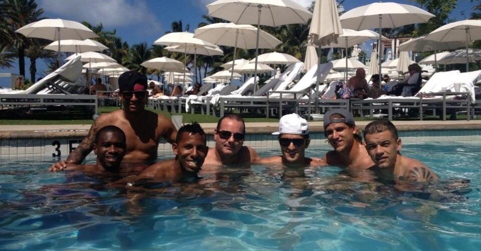 Jogadores do Inter posam para foto em Miami, durante recesso do Brasileirão