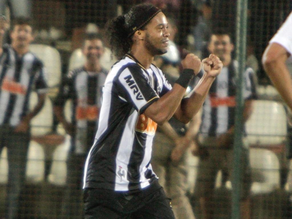 Ronaldinho Gaúcho comemora gol durante vitória do Atlético-MG sobre o Grêmio, por 2 a 0, na Arena do Jacaré (9/6/2013)