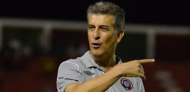 Técnico Ricardo Dubscky do Atlético Paranaense comanda equipe contra o Vitória pelo Brasileiro (09/06/2013)