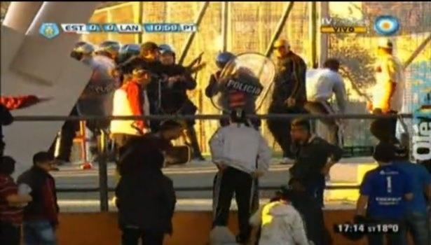 Torcida briga na Argentina com policiais