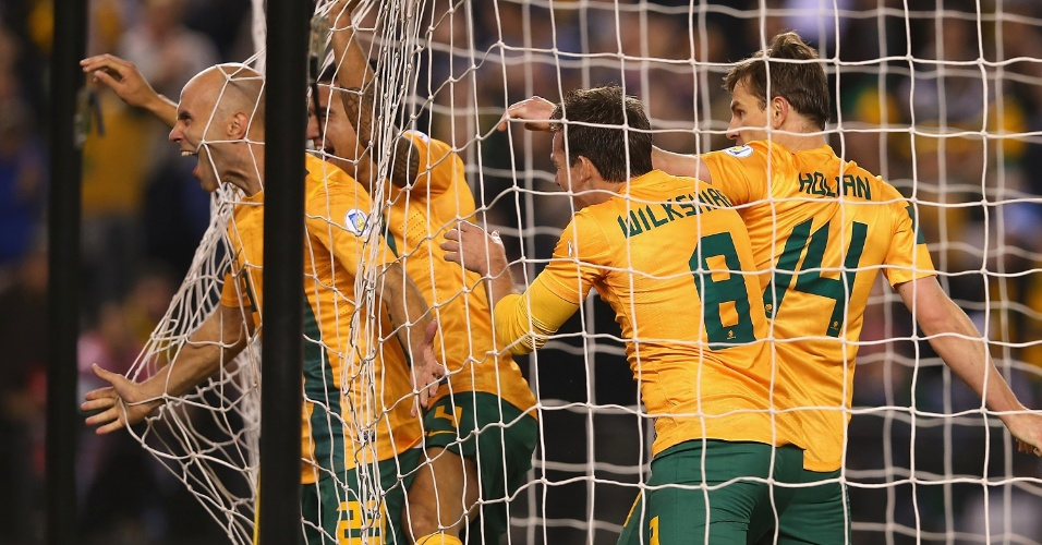 11.jun.2013 - Acompanhado pelos companheiros, Mark Bresciano vai para a rede após abrir o placar para a Austrália contra a Jordânia pelas eliminatórias da Copa-2014