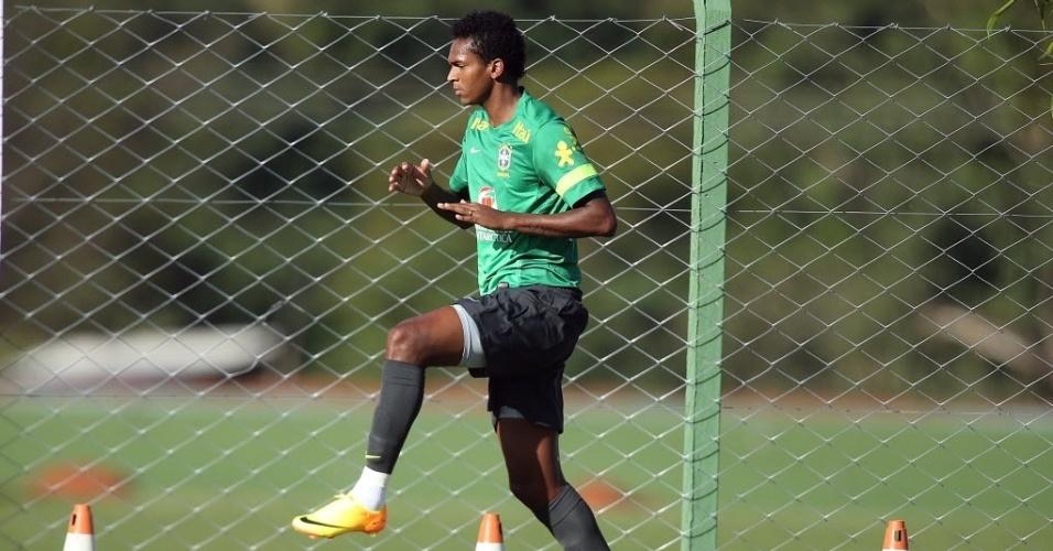 11.jun.2013 - Convocado para o lugar de Damião, lesionado, atacante Jô faz atividade em treino da seleção