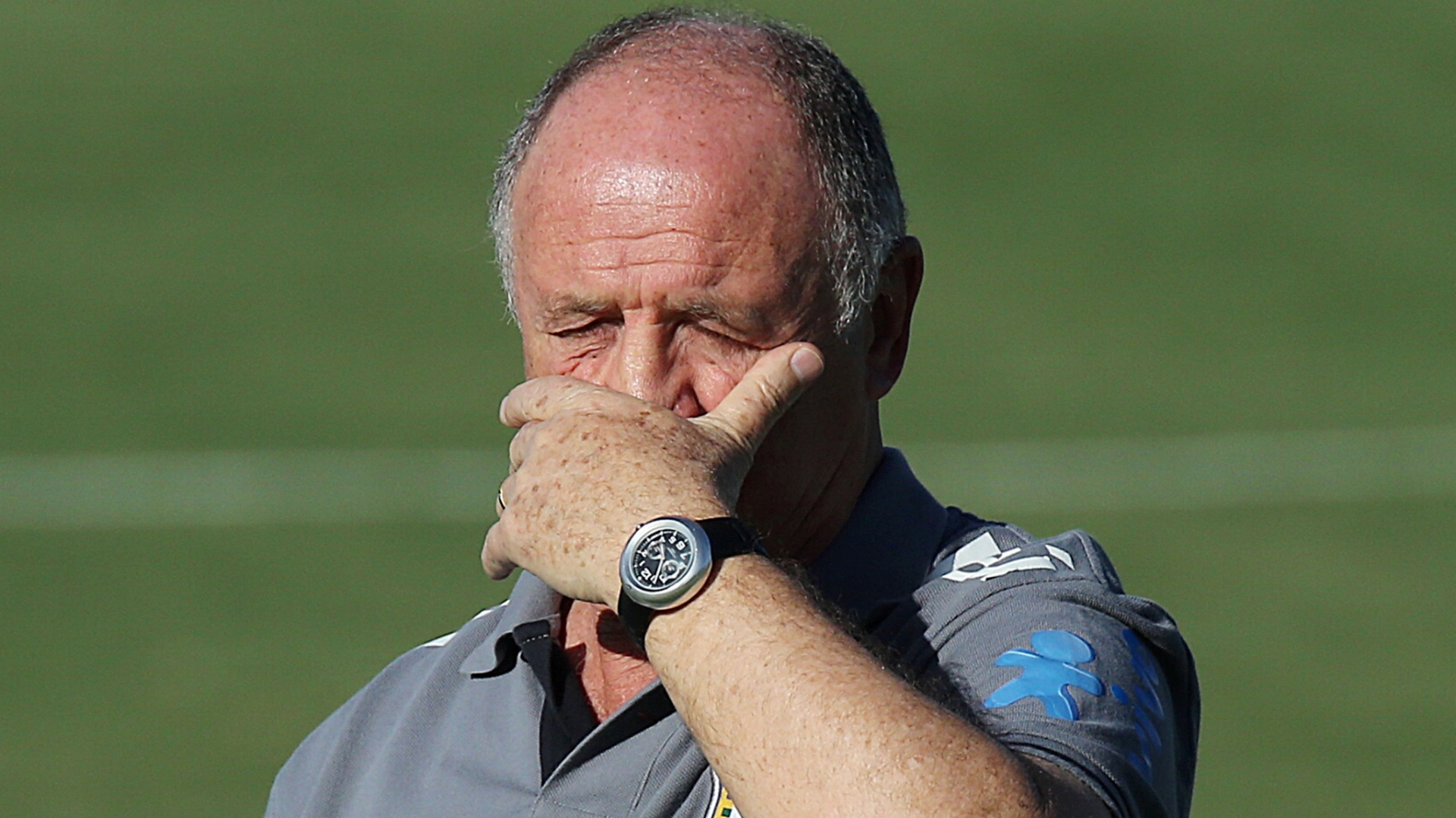 11.jun.2013 - Felipão aperta os olhos por causa do sol em Goiânia durante treino da seleção