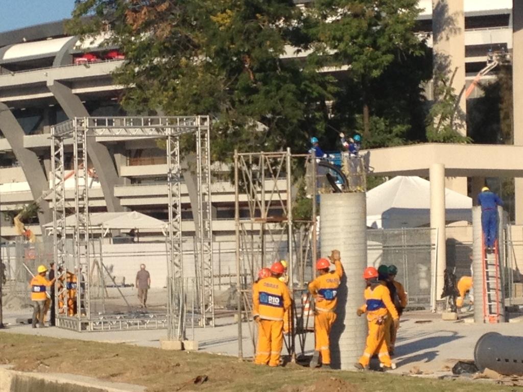 11.jun.2013 - Funcionários fazem os últimos retoques no Estádio do Maracanã a poucos dias do início da Copa das Confederações