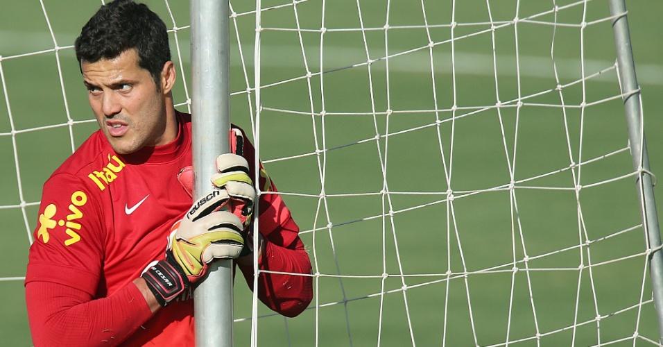 11.jun.2013 - Goleiro Julio Cesar durante treino da seleção brasileira em Goiânia