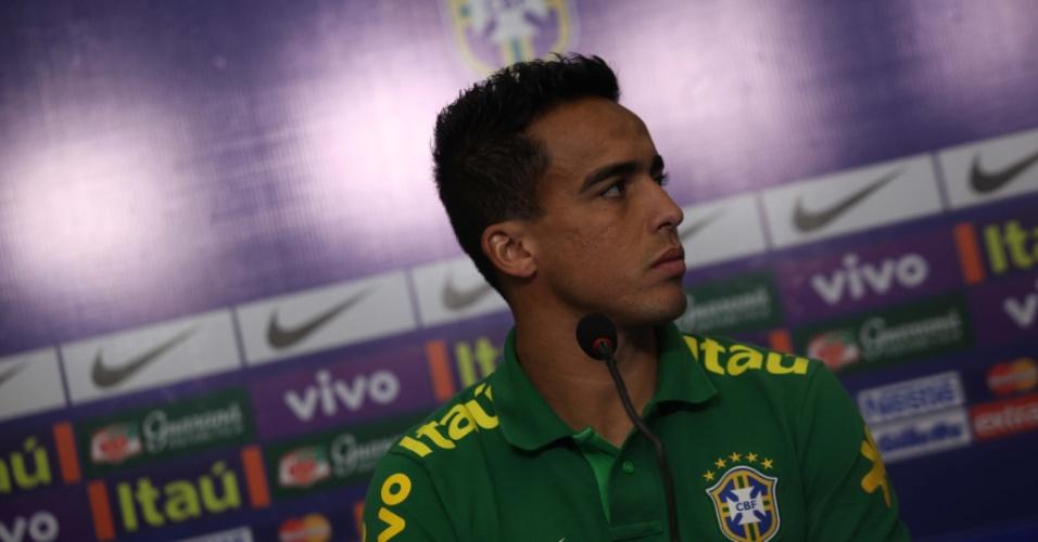 11.jun.2013 - Jadson durante entrevista coletiva da seleção brasileira em Goiânia