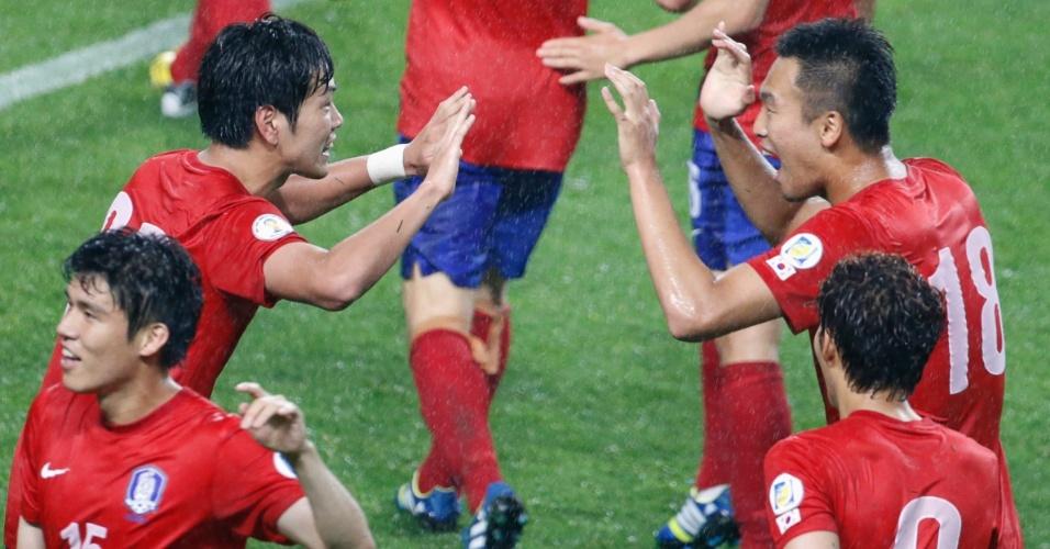 11.jun.2013 - Jogadores da Coreia do Sul comemoram vitória por 1 a 0 sobre o Uzbequistão pelas eliminatórias da Copa do Mundo-2014