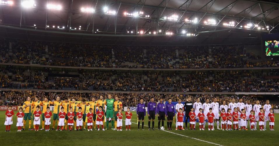 11.jun.2013 - Jogadores de Austrália e Jordânia ficam perfilados para a execução dos hinos nacionais antes da partida pelas eliminatórias asiáticas para a Copa do Mundo-2014