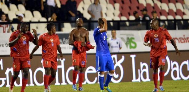 Jogadores do Haiti comemoram gol de empate contra a Itália em São Januário