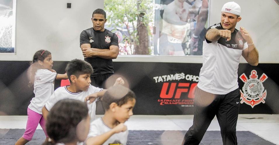 11.jun.2013 - Junior Cigano ensina crianças a lutar em campanha social do Corinthians no Parque São Jorge