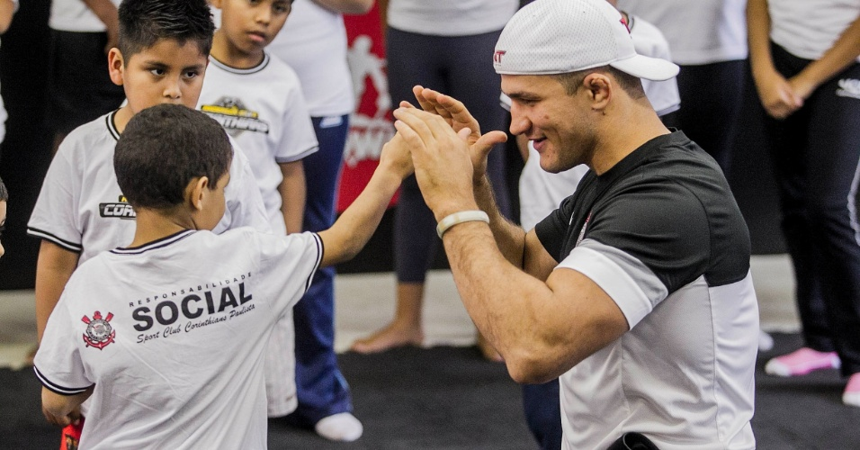 11.jun.2013 - Junior Cigano ensina luta a garoto em campanha social do Corinthians no Parque São Jorge