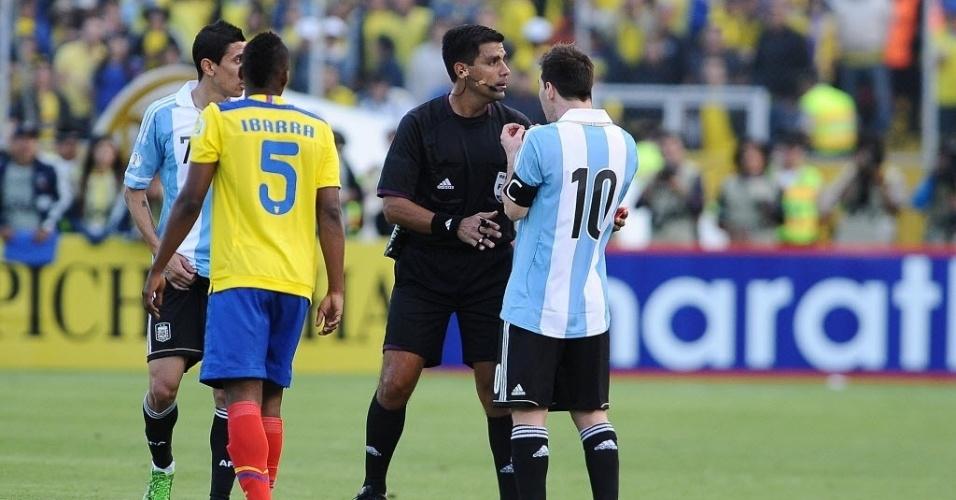 11.jun.2013 - Lionel Messi argumenta com o árbitro durante empate por 1 a 1 com o Equador pelas eliminatórias da Copa-2014