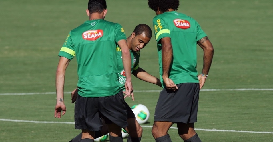 11.jun.2013 - Lucas dribla colegas de seleção em treino com bola realizado em Goiânia