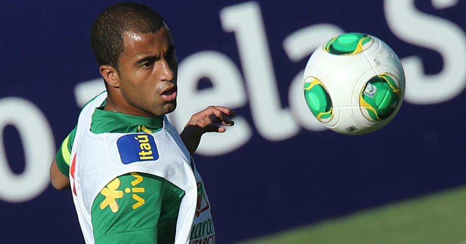 11.jun.2013 - Lucas observa a bola antes de tentar o domínio em treino da seleção brasileira em Goiânia