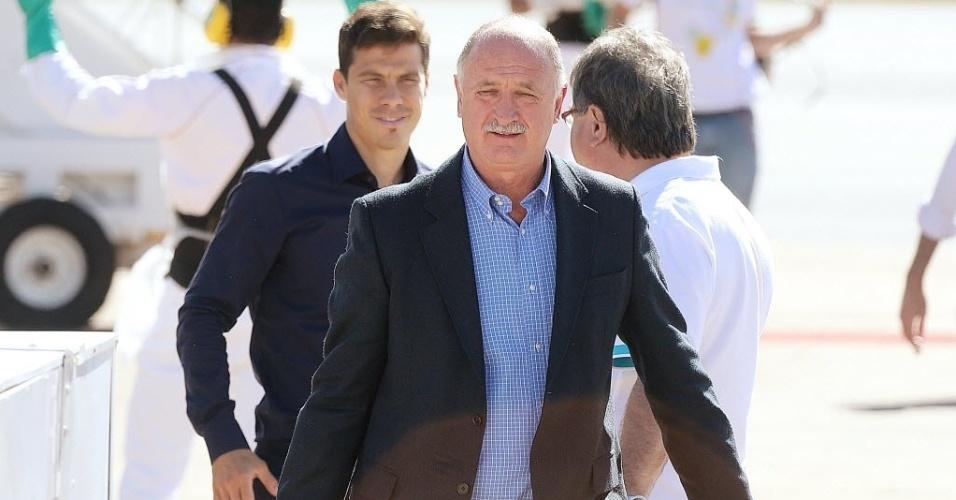 11.jun.2013 - Luiz Felipe Scolari, com Hernanes ao fundo, chega em Goiânia para a continuação da preparação da seleção para a Copa das Confederações