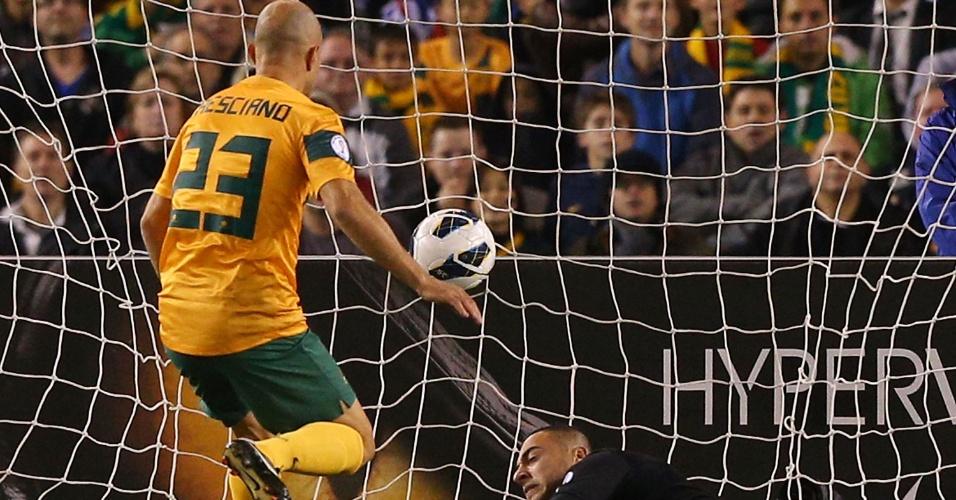 11.jun.2013 - Mark Bresciano finaliza para abrir o placar para a Austrália contra a Jordânia pelas eliminatórias da Copa-2014
