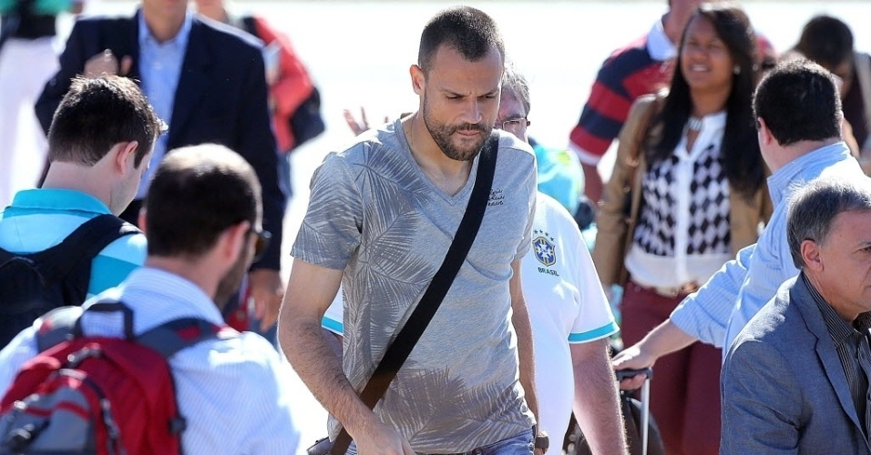 11.jun.2013 - O goleiro Diego Cavalieri desembarca em Goiânia, onde a seleção brasileira continuará sua preparação para a Copa das Confederações