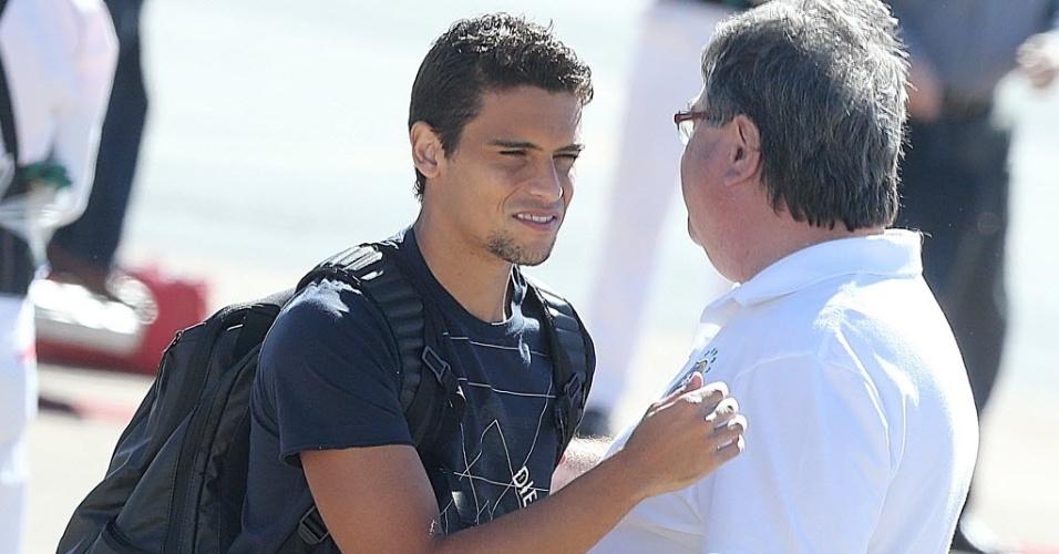 11.jun.2013 - O lateral Jean desembarca em Goiânia junto com a seleção brasileira