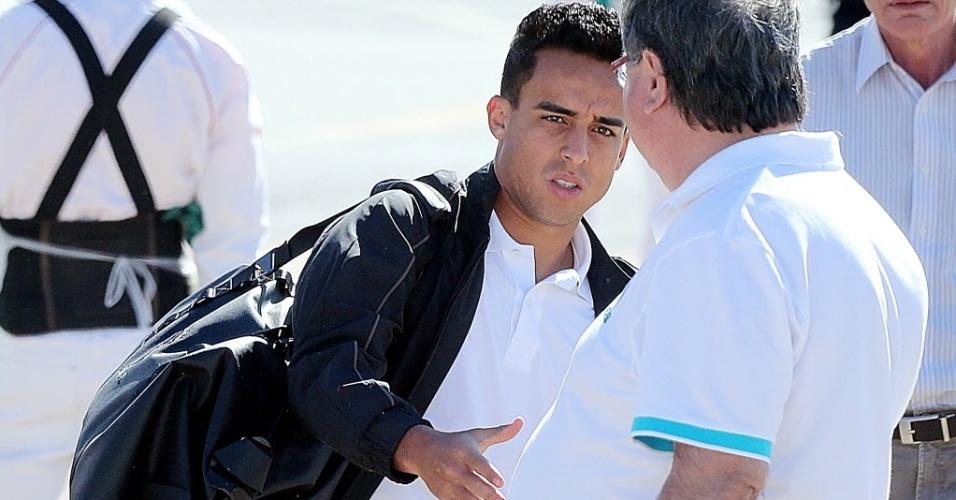 11.jun.2013 - O meia Jadson chega a Goiânia, para onde a seleção brasileira voltou para treinos após amistoso contra a França em Porto Alegre