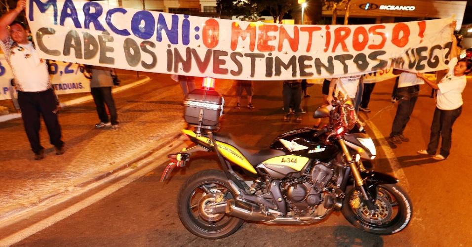 11.jun.2013 - Servidores públicos reivindicam melhores salários em protesto na frente do hotel da seleção em Goiânia