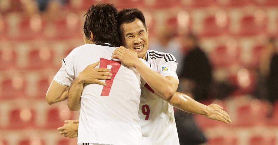 11.jun.2013 - Shinji Okazaki recebe abraço de Yasuhito Endo após marcar o gol da vitória do Japão sobre o Iraque pelas eliminatórias da Copa-14