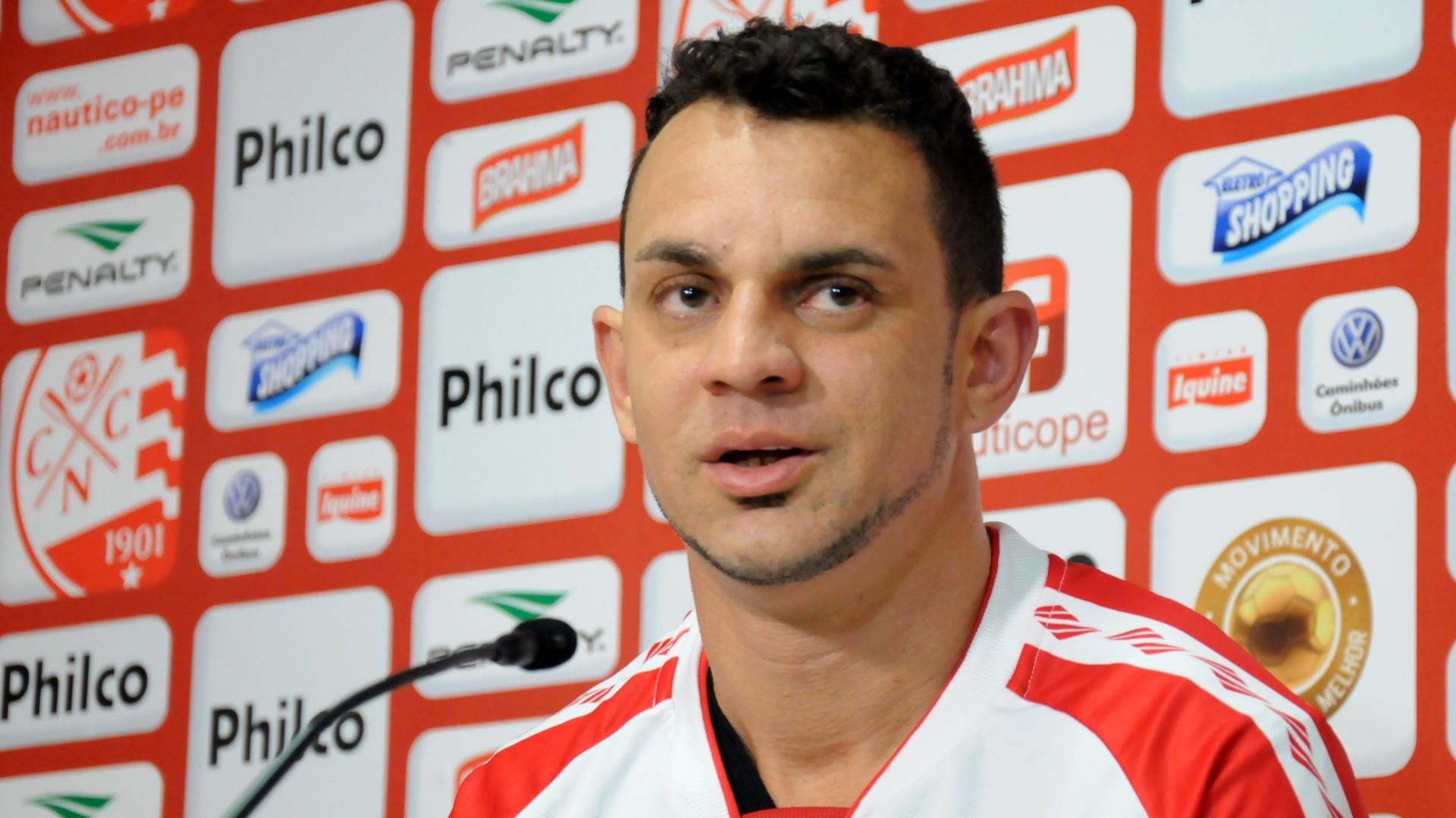 O volante Magrão concede primeira entrevista coletiva após acertar com o Náutico
