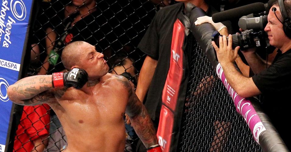 Thiago Silva faz seu famoso sinal de cortar a garganta após nocautear Rafael Feijão em Fortaleza